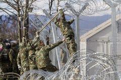 Armén av F Y r av Makedonien fortsätter staketkonstruktionen arkivbilder
