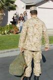 Armésoldat Returning Home Arkivfoto
