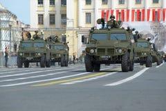 Armétigerbilarna som kan användas till mycket i en kolonn av militär utrustning på slotten kvadrerar En ståtarepetition i hedern  Fotografering för Bildbyråer