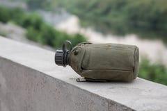 Armévattenkantin på flodstranden fotografering för bildbyråer