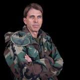Arméveteran med korsade armar Arkivfoto