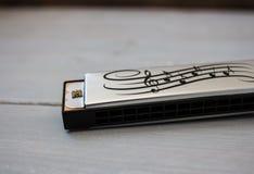 Armónica en fondo de madera foto de archivo libre de regalías