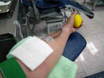 Arm av bloddoner under bloddonation Arkivbilder