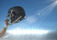 Arm, der amerikanischen Football-Helm hält Stockfotos
