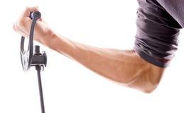 Arm, der auf Widerstand-Band zieht Lizenzfreie Stockbilder