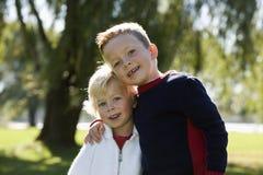 Arm der jungen Brüder im Arm Lizenzfreies Stockfoto