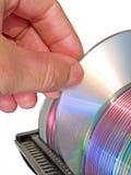 Arm, der optische Platte vom Datenspeicher auswählt Stockfotografie