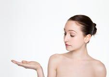 Arm för innehav för makeup för skönhetkvinna naturlig upp för text Fotografering för Bildbyråer