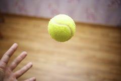 Arm mit Ball-Tennis Lizenzfreies Stockfoto
