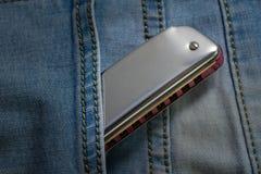 Arm?nica de los azules en el bolsillo de la mezclilla imagen de archivo libre de regalías