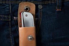 Arm?nica en la envoltura de cuero en la mezclilla azul imágenes de archivo libres de regalías