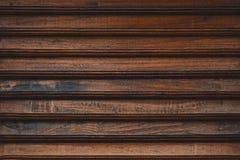 Arm?rio ou vestu?rio dianteiro ripado de madeira da mostra da cerca ou do lath, porta do quadro e gavetas feito da madeira escura fotos de stock