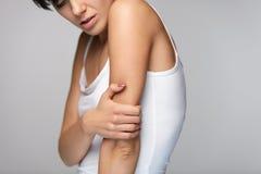 Arm-Schmerz Schönheits-Körper-Gefühls-Schmerz in den Schultern Stockbilder
