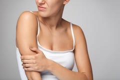 Arm-Schmerz Schönheits-Körper-Gefühls-Schmerz in den Schultern Lizenzfreies Stockfoto