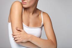 Arm-Schmerz Schönheits-Körper-Gefühls-Schmerz in den Schultern Stockbild