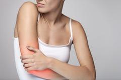 Arm-Schmerz Schönheits-Körper-Gefühls-Schmerz in den Schultern Stockfotografie