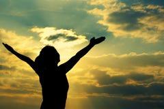 Arm-Sonnenaufgangküste der starken überzeugten Frau offene Stockfoto