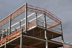 Armação de aço e telhado de uma construção sob a construção foto de stock