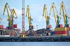 Armações do porto na carga da sucata Porto do comércio de Kaliningrad Imagem de Stock Royalty Free