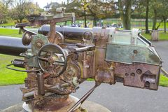 Arma alemán de la cubierta de barco de U en el cenotafio en el ` s Ward Park de Bangor en una mañana embotada en el condado abajo Imagen de archivo libre de regalías