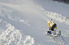 A arma amarela da neve da máquina do fabricante da neve, canhão da neve no esqui inclina-se o recurso - dispositivo padrão do equ Imagens de Stock