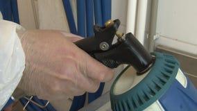 A arma azul da limpeza derrama uma solução desinfetante com espuma no dissipador filme