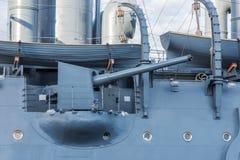 Arma a bordo de um cruzador militar velho Foto de Stock