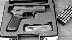 Arma com bala imagens de stock royalty free