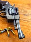 Arma com balas foto de stock