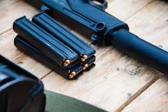 Arma com munição no fundo de madeira Imagem de Stock