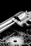 Arma con el agujero de punto negro en vidrio Imagen de archivo