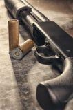 arma Concetto del fucile da caccia Fucile da caccia e munizioni neri Fotografia Stock Libera da Diritti