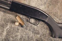 arma Concetto del fucile da caccia Fucile da caccia e munizioni neri Fotografia Stock
