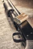arma Concetto del fucile da caccia Fucile da caccia e munizioni neri Fotografie Stock