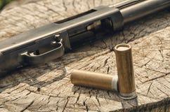 arma Concetto del fucile da caccia Fucile da caccia e munizioni neri Immagini Stock