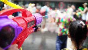 Arma de água no festival de Songkran foto de stock