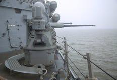 Arma de cadena de MK-38 25m m a bordo del destructor USS Cole del misil teledirigido durante la semana 2014 de la flota Imagen de archivo