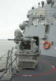 Arma de cadena de MK-38 25m m a bordo del destructor USS McFaul del misil teledirigido durante la semana 2014 de la flota Foto de archivo libre de regalías