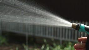 Arma de espray de agua para las plantas de riego almacen de video