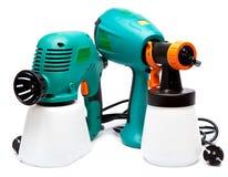 Arma de espray eléctrico de diversa construcción dos para la pulverización del color en un fondo blanco Fotos de archivo libres de regalías