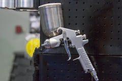 Arma de espray para la demostración con el fondo negro fotografía de archivo libre de regalías