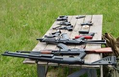 Arma de fuego en la tabla Foto de archivo