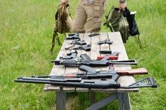 Arma de fuego en la tabla Fotografía de archivo