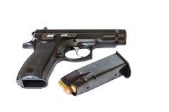 Arma de la arma de mano de la pistola automática con las balas y la revista Fotografía de archivo