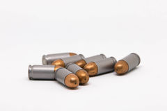 Arma de la bala aislado en el fondo blanco Foto de archivo libre de regalías