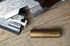Arma de la caza del vintage con las cáscaras Fotos de archivo libres de regalías