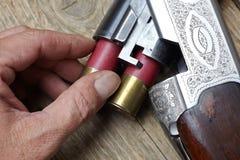 Arma de la caza del vintage con las cáscaras Imagen de archivo libre de regalías
