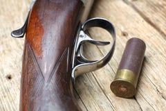 Arma de la caza del vintage con las cáscaras Fotografía de archivo libre de regalías