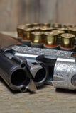Arma de la caza del vintage con las cáscaras Foto de archivo