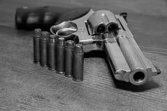 Arma de la mano, revólver imagenes de archivo